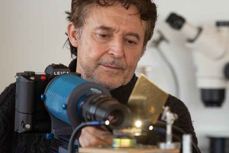 Gilles Martin avec son boîtier LEICA SL2 équipé d'un soufflet Novoflex 1