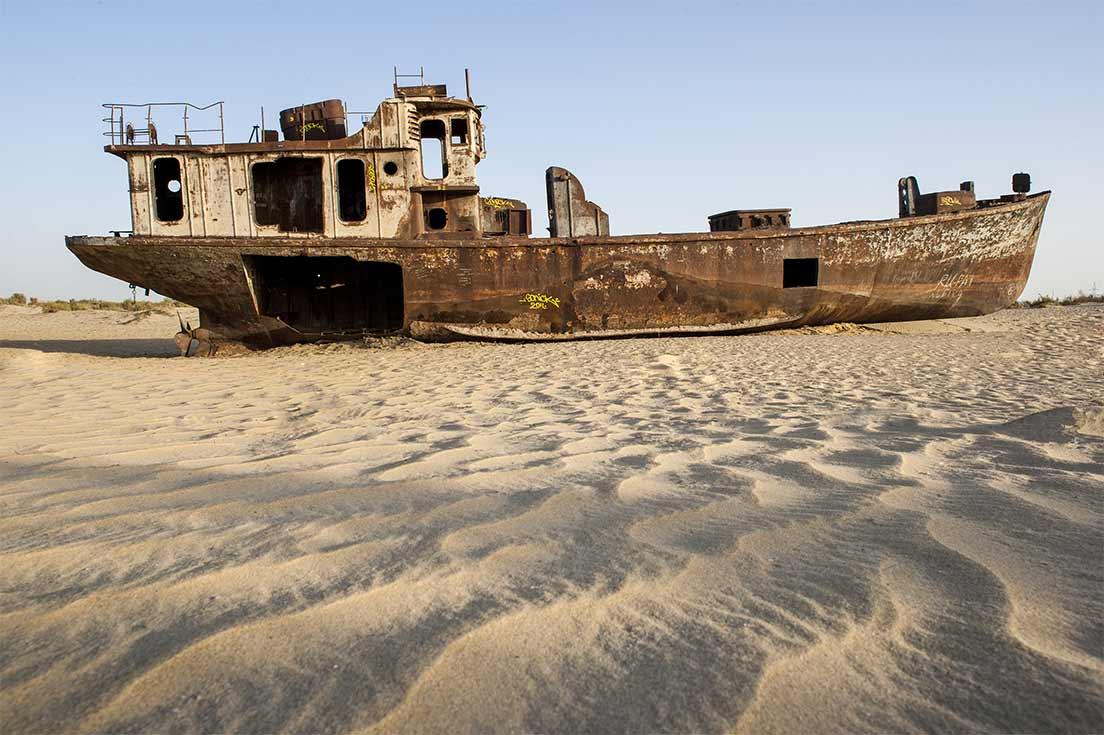 Un bateau rouillé abandonné vors le post de Moynaq