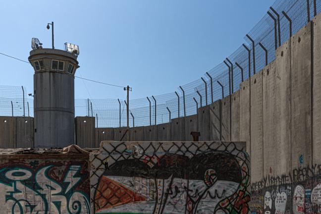 Photographie de Gilles Martin : Un mur érigé entre deux peuples. Il a été construit par Israël il y a une vingtaine d'années.