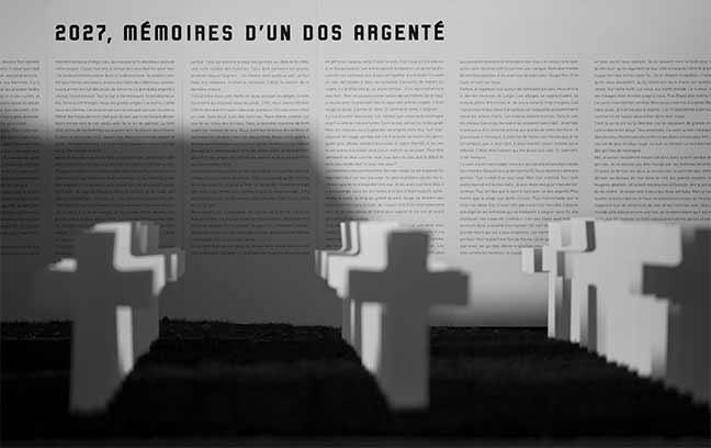 Vue de côté du mémoriale avec les tombes