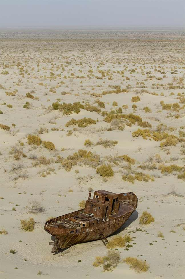 Épave d'un bateau de pêche abandonnée près de l'ancien port de Moynaq.