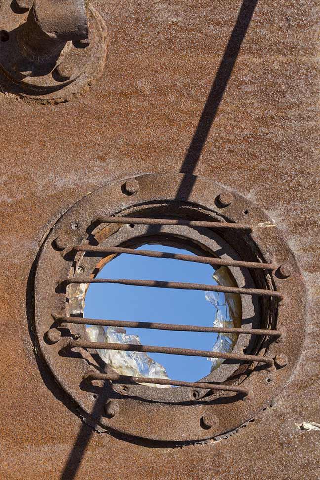 Les épaves qui jonchent le fond asséché de la mer d'Aral sont régulièrement pillées par des ferrailleurs.